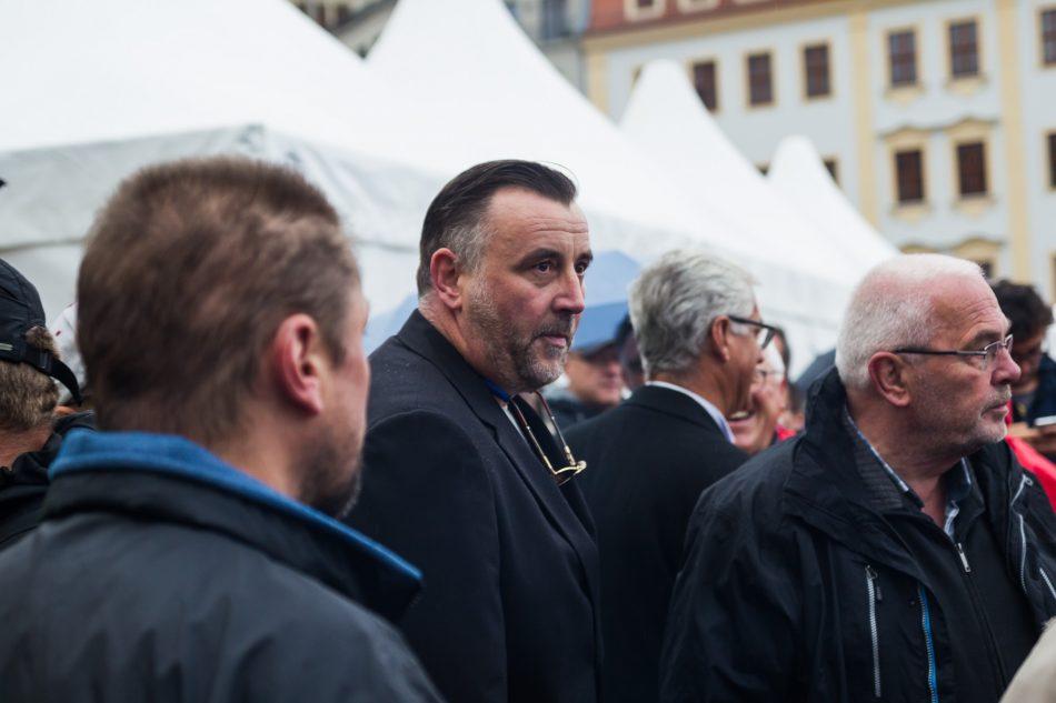 Pegida Mitgründer Lutz Bachmann trifft vor der Frauenkirche ein