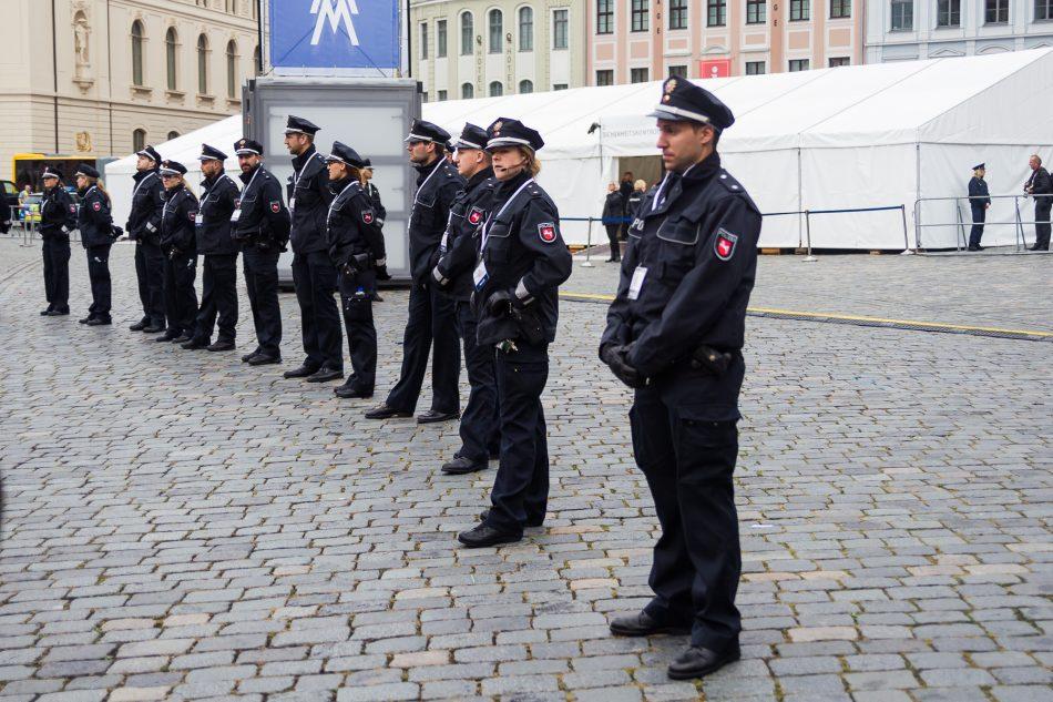 Eine Polizeikette und Hamburger Gitter trennten die Demonstranten von der Frauenkirche