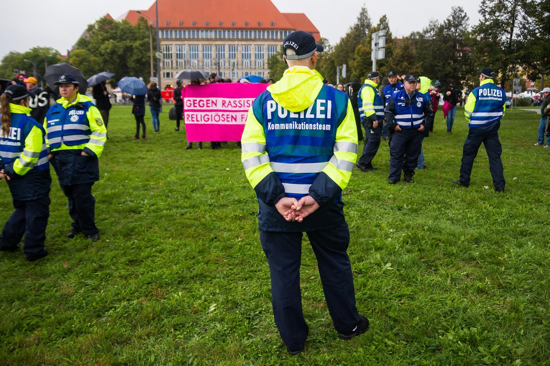 Gegendemonstration vor dem Skaterpark am Tag der Deutschen Einheit
