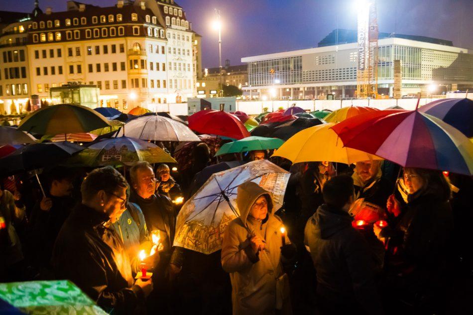 Unter dem Motto Dresden bleibt bunt, versammelten sich Menschen mit Schirmen und Kerzen vor der Frauenkirche