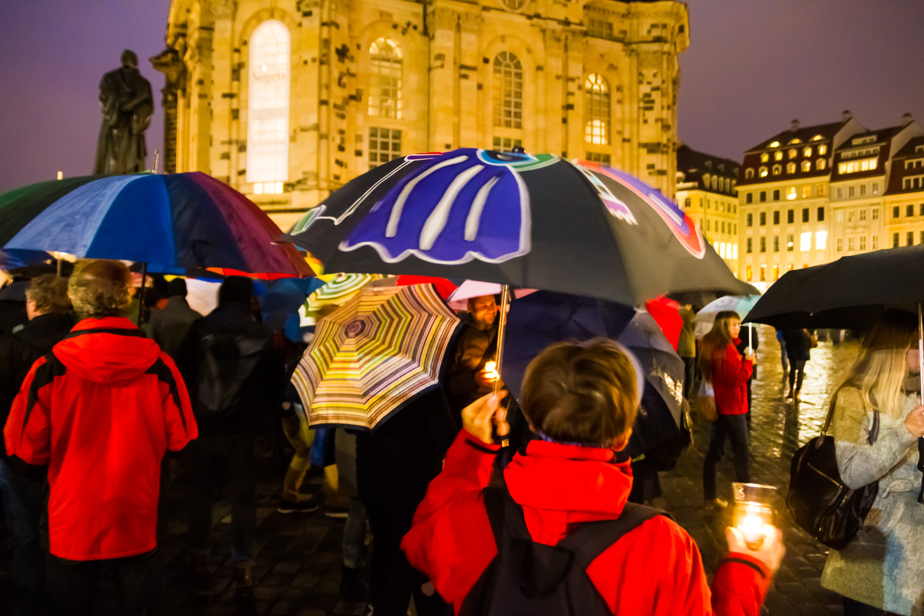 Unter dem Motto Dresden bleibt bunt versammelten sich ca 300 Menschen mit Kerzen und Schirmen vor der Frauenkirche