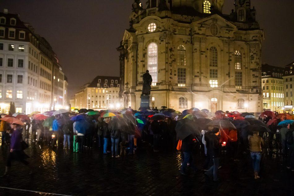 Unter dem Motto Dresden bleibt bunt versammelten sich ca. 300 Menschen