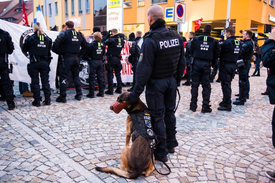 Die Polizei trennt beide Demonstrationen von einander
