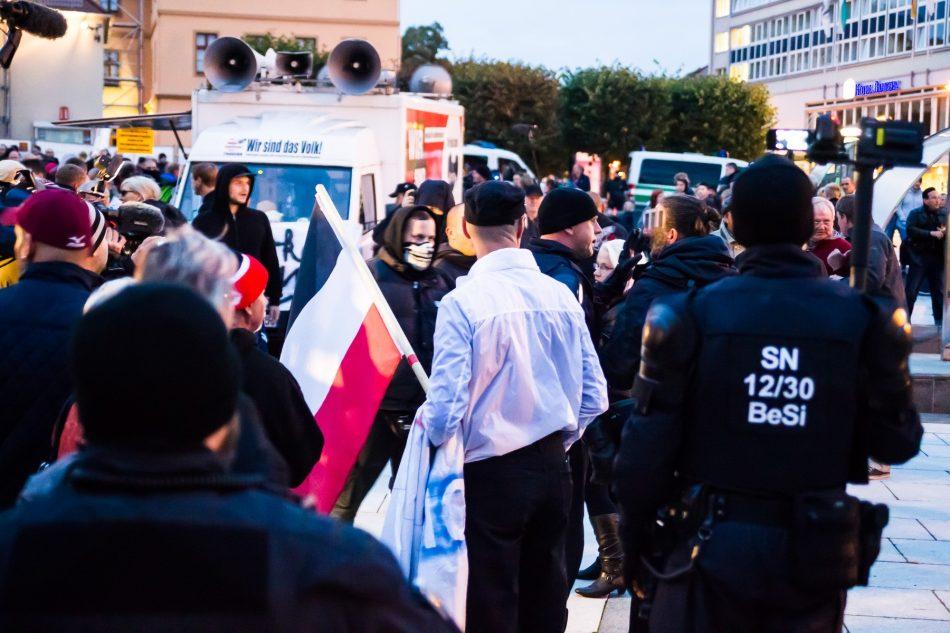 Ein Journalist wird von einem Teilnehmer der rechten Demonstration bedrängt.