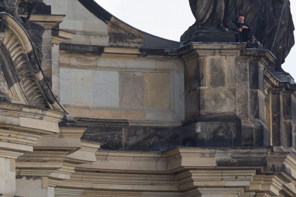Ein Beamter filmt beim Pegida Geburtstag versteckt den Gegenprotest.