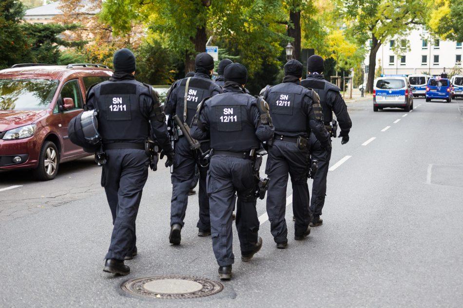Die Polizei ist bei der Herz statt Hetze Demonstration in Dresden mit sehr vielen Kräften vor Ort gewesen
