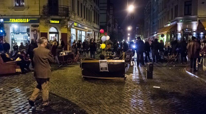 Ein Wohnzimmer auf der Kreuzung am Assieck um gegen Gentrifizierung und steigende Mieten zu Demonstrieren