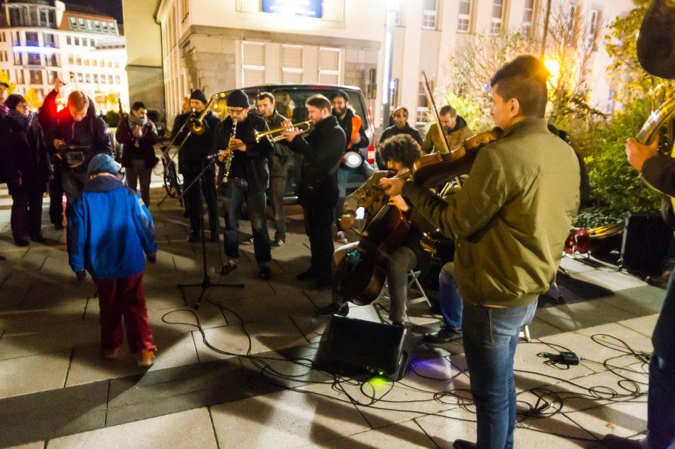 Banda Internationale tritt bei einer Demonstration für ein Buntes % Demokratisches Bautzen auf