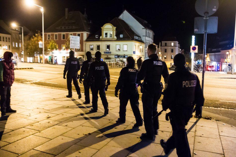 Die Polizei ist mit ausreichend Kräften vor Ort gewesen und es blieb ruhig
