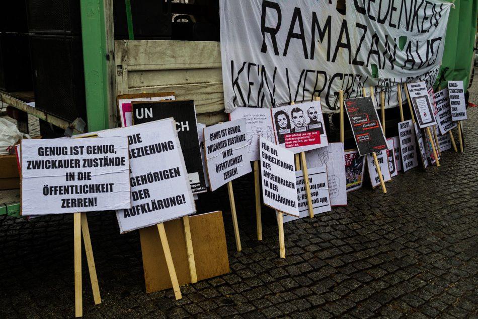 Sammlung von Schildern bei der Demonstration für die NSU Opfer in Zwickau