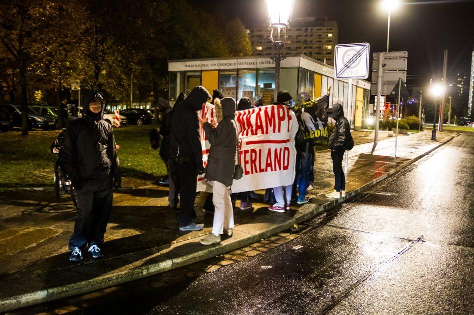ca 15 Gegendemonstranten haben sich an der Polizeiwache eingefunden