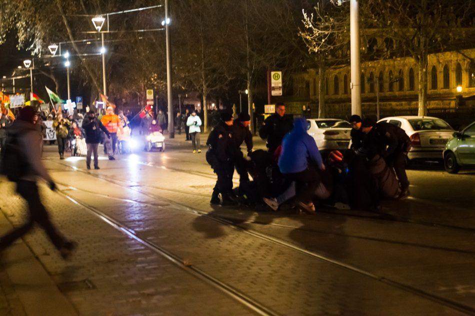 Einige Teilnehmer der Nope Demonstration versuchen die Route von Pegida zu Blockieren