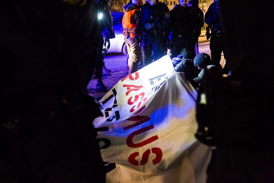 Die Polizei Kesselte die Blockiere ein, zu ihrem Schutz aber auch um die Personalien aufnehmen zu können