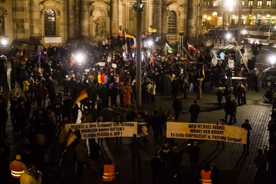 Banner von der Festung Europa und der 1% Bewegung bei Pegida