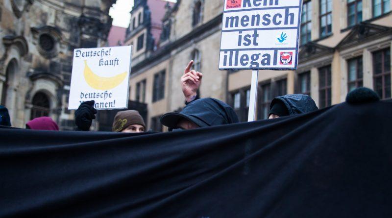 Gegen das Weihnachtssingen von Pegida hat die Gruppe Nope mit bis zu 50 Menschen direkt Demonstriert
