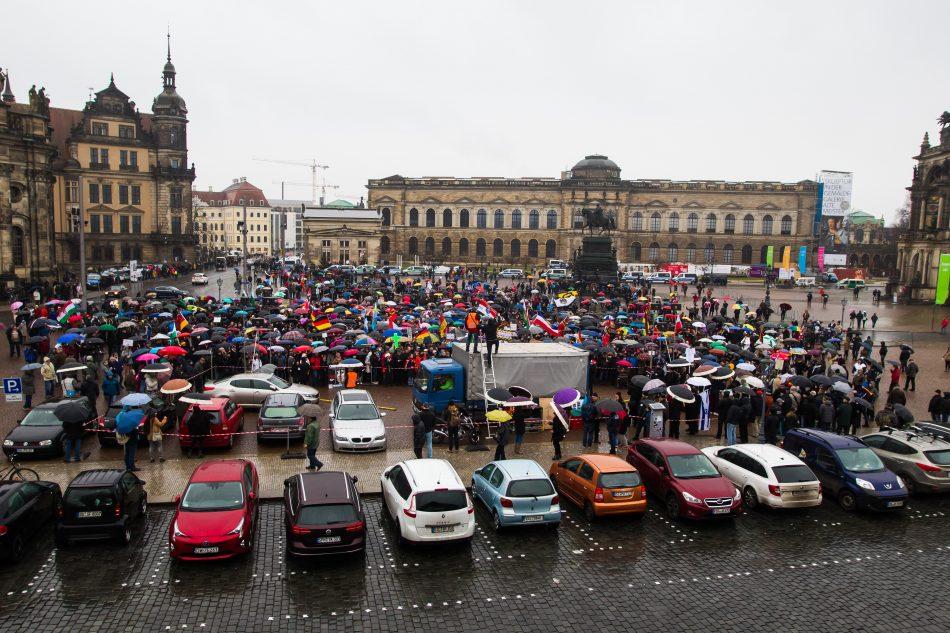 Beim Pegida Weihnachtssingen haben ca 2500 bis 3500 Menschen Teilgenommen