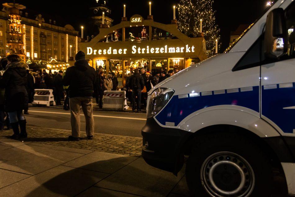 Die Polizei bewacht nach dem Anschlag in Berlin den Dresdner Striezelmarkt