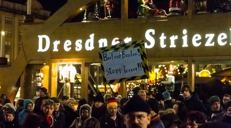 Die Stimmung bei der Mahnwache vor dem Striezelmarkt ist gegenüber Journalisten sehr angeheizt gewesen.