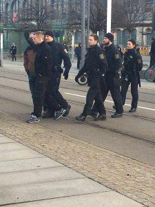 Einige Störer werden der Demonstration gegen Abschiebung verwiesen