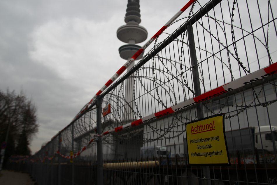 Auch die S-Bahn Gleiße neben den Messehallen sind durch einen Zaun und Stacheldraht gesichert.