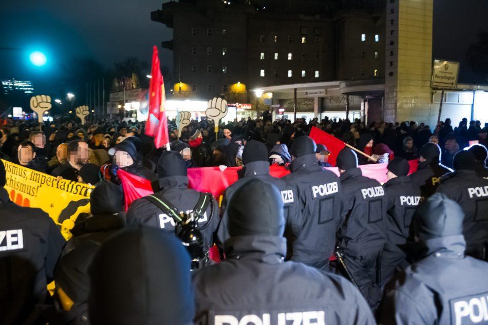Die Demo startete etwas zu früh,. Die Polizei stellte sich der Demo in den Weg.