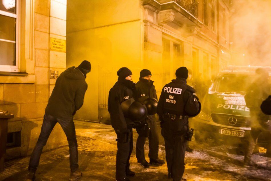 Am Rande der Demonstration gegen die AFD Veranstaltung im Ballhaus Watzke wurde ein Rauchtopf gezündet