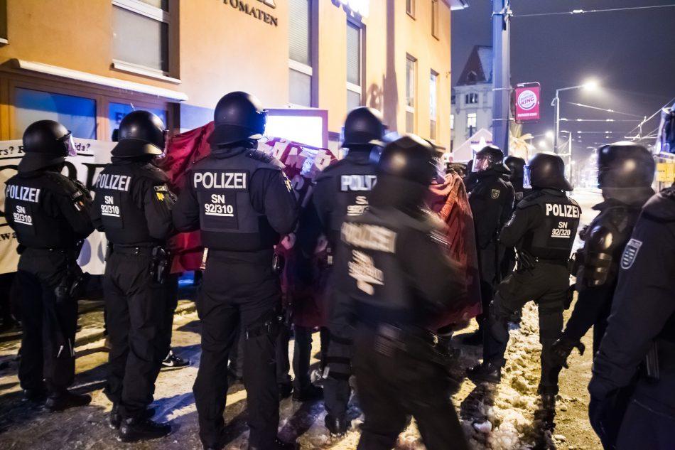 Die Polizei ging stellenweise sehr rabiat gegen die Demonstranten vor. So wurde Pfefferspray eingesetzt und mindestens ein Teilnehmer wurde ins Gesicht geschlagen. (Siehe Video)