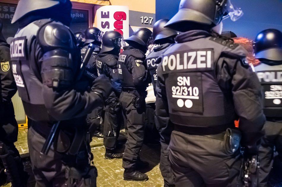 Die Polizei setze Pfefferspray und Schlagstock gegen die Demonstranten ein, weil diese mit Schneebällen warfen.