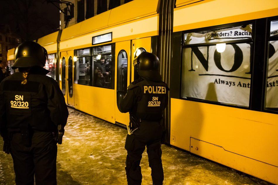 Einige Demonstranten mussten eine Station mit der Straßenbahn Fahren. Die Polizei kontrollierte die Fahrscheine und erstattete bei einigen Teilnehmer Anzeige wegen 'Erschleichung von Leistungen'