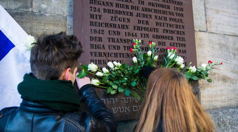 Gedenken am Mahnmal der im Holocaust deportierten und ermordeten Juden am Bahnhof Neustadt in Dresden