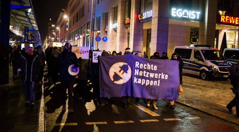 Die Nope Demonstration kommt zum Postplatz und trifft dort auf Pegida