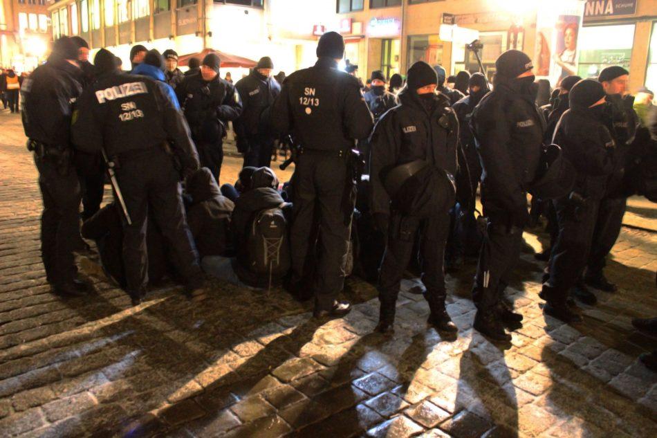 Bei der Pegida Demonstration ist es zu einem Blockadeversuch von linken Aktivisten gekommen.