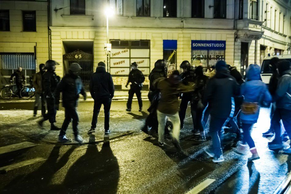 Es ist gegen Ende noch zu Auseinandersetzungen zwischen Polizisten und einigen Gegendemonstranten gekommen