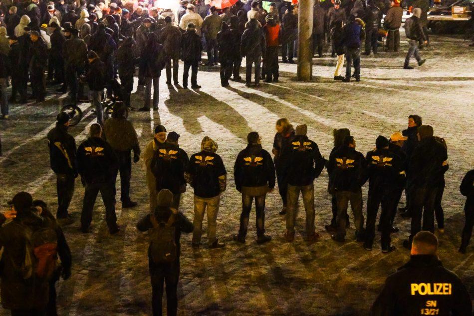 Diese Gruppe ist schon öfters am Rand der Pegida Demonstration zu sehen gewesen