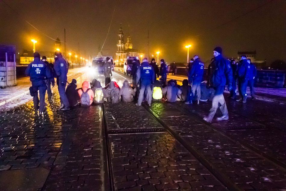 Einige Teilnehmer einer Gegendemonstration versuchten spontan die Route von Pegida zu Blockieren