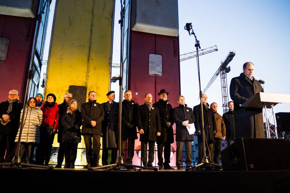 Dirk Hilbert und Hans Müller-Steinhagen halten zum Gedenken an den 13. Februar eine Rede vor dem Monument
