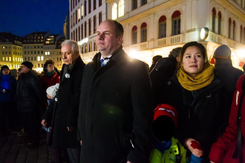 Ministerpräsident Stanislaw Tillich und Dresdens Oberbürgermeister Dirk Hilbert in der Menschenkette zum 13. Februar