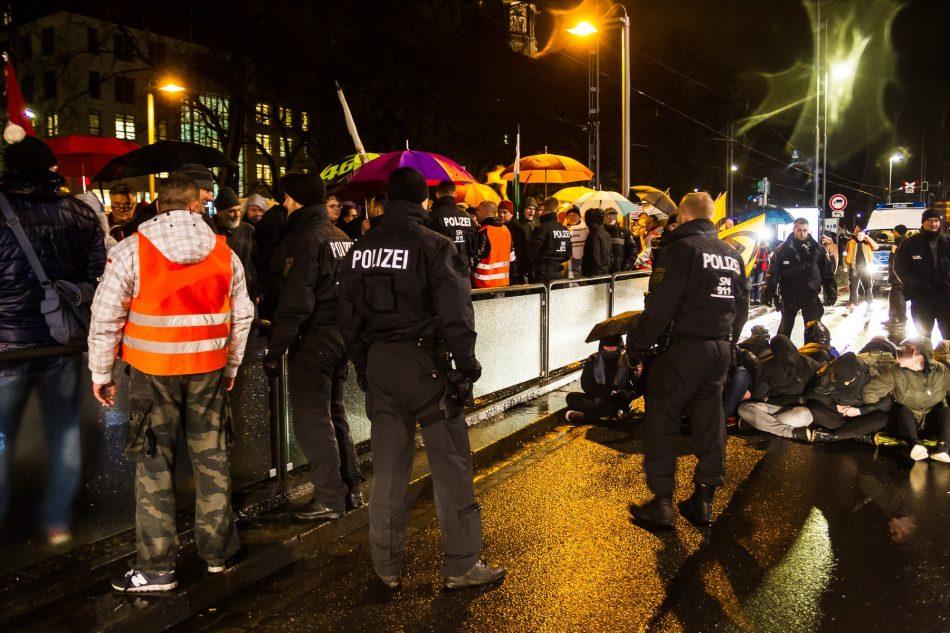 ca. 30 Menschen Blockierten die Router der Pegida Demonstration. Sie mussten auf die Schienen der Straßenbahn ausweichen