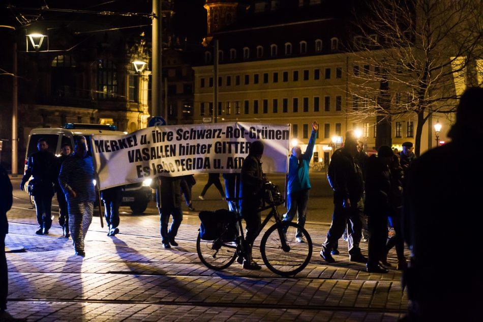 Pegida zog an der Demonstration am Postplatz vorbei
