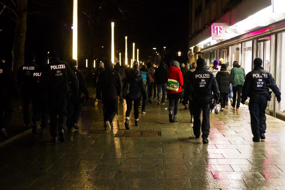 Auch nachdem die Nope Demo beendet wurde, griffen die Polizisten gezielt Menschen aus der Demo auf