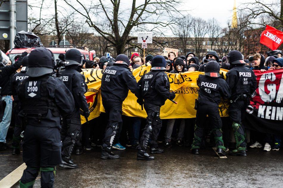 Die Polizei versuchte die Gegendemonstration zurück zu drängen