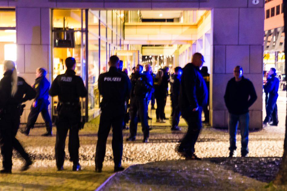"""Am Rande der Demonstration tauchten wieder """"Anti-Antifa"""" Träger auf."""