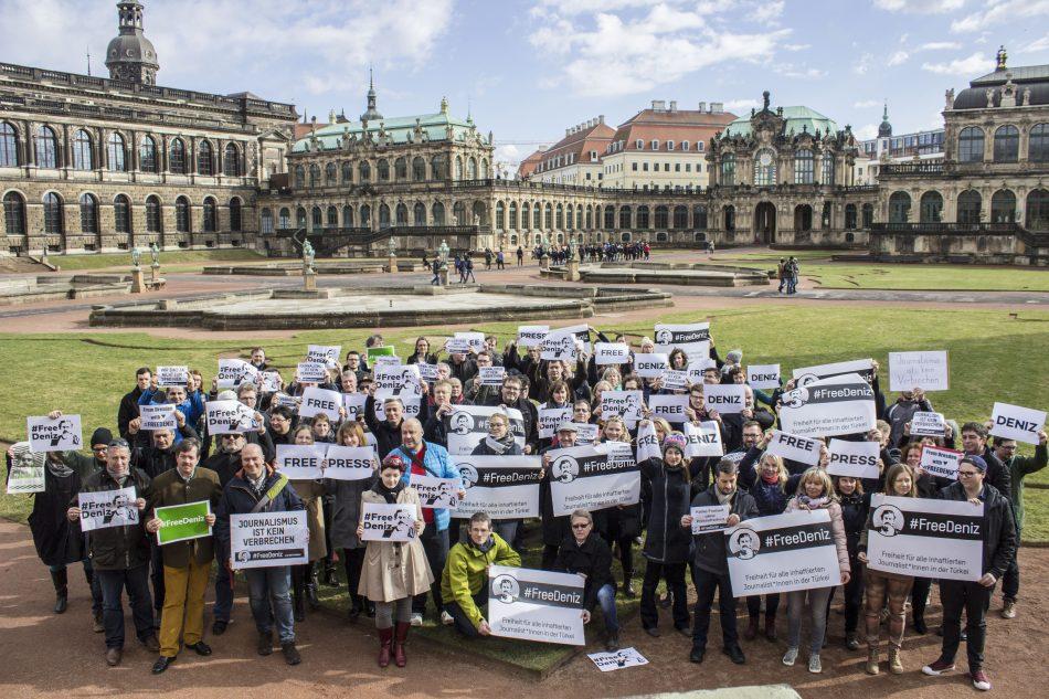 Free Denis, ein Zeichen der Solidarität für Deniz Yücel aus Dresden