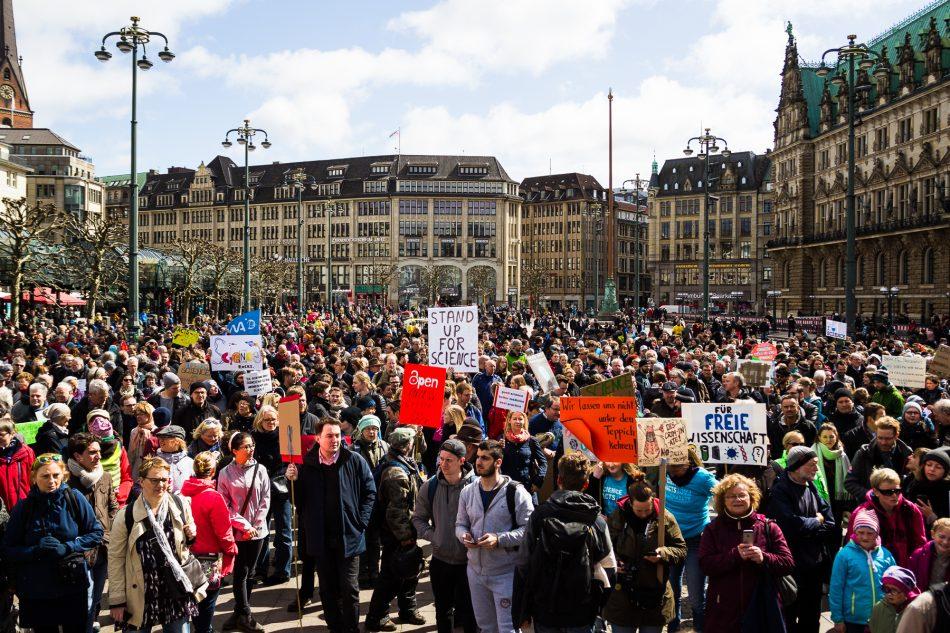 Rund 2000 Menschen haben sich auf dem Rathaus Markt in Hamburg zum March for Science versammelt