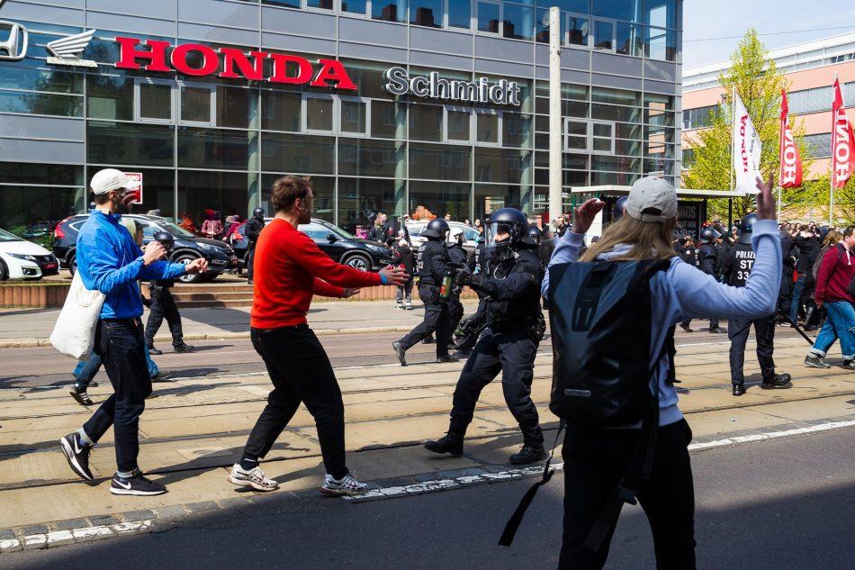 Gegendemonstranten schaffen es auf die Route der Neonazis. Die Polizei versucht mit Pfefferspray und Schlagstöcken dies zu verhindern