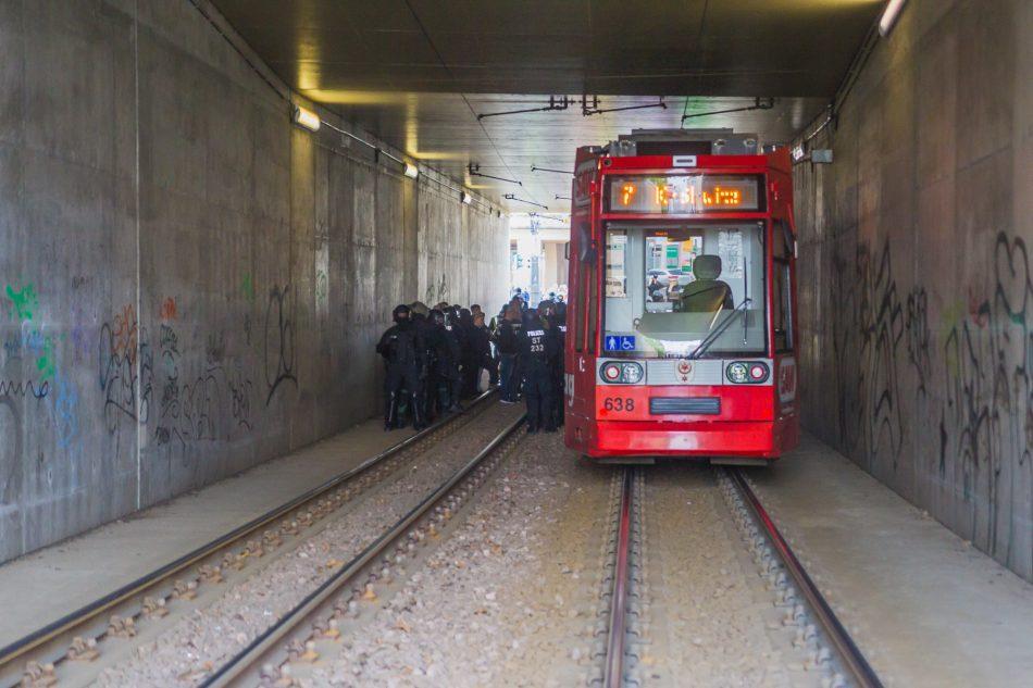 Die Neonazis mussten in einen Straßenbahn Tunnel flüchten