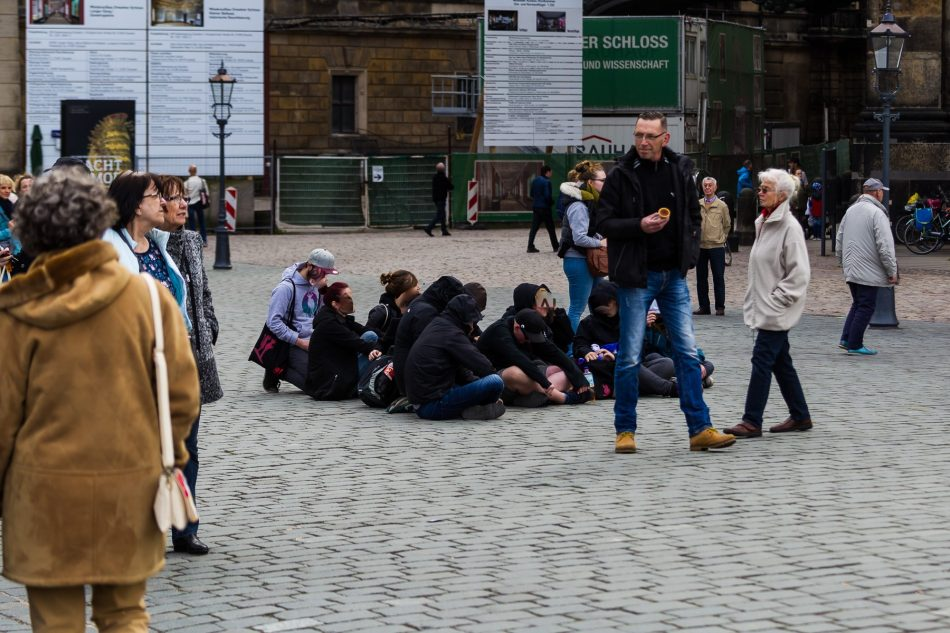 Eine kleine Gruppe von Menschen aus dem Gegenprotest setze sich vor die Pegida Bühne