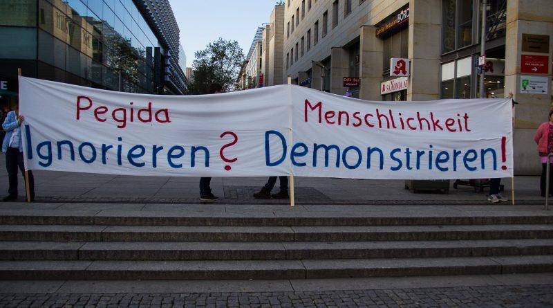 Nationalismus raus aus den Köpfen demonstriert gegen Pegida in Dresden