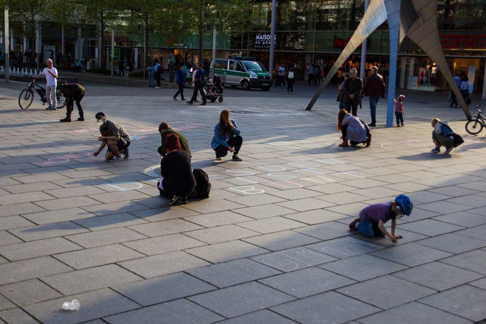 Teilnehmer von Nationalismus raus aus den Köpfen verschönern die Pragerstraße