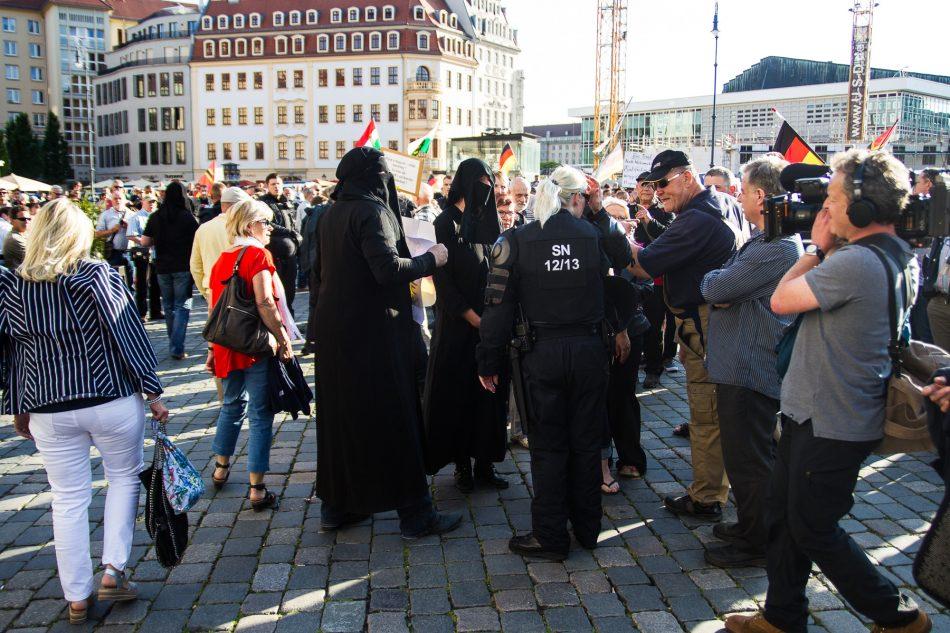 Vermummung ist auch auf einer Pegida Demonstration nicht erlaubt
